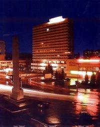 """Ночной Кишинев. Вид на отель """"Националь""""."""